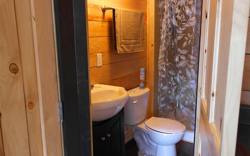 Chalets intérieur- salle de bain avec douche - Pourvoirie du Lac Croche Saint-Côme - Lanaudière